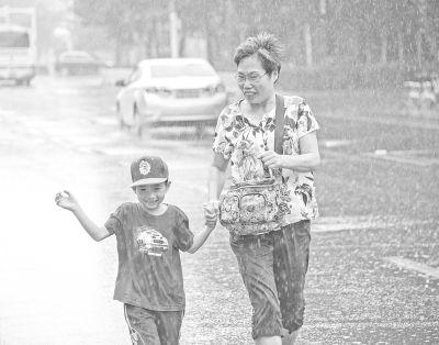 """三伏最后一天 武汉局地泼下""""太阳雨"""""""