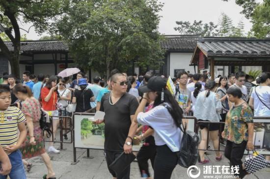 抓住暑假的尾巴!绍兴鲁迅故里景区周末游客爆棚