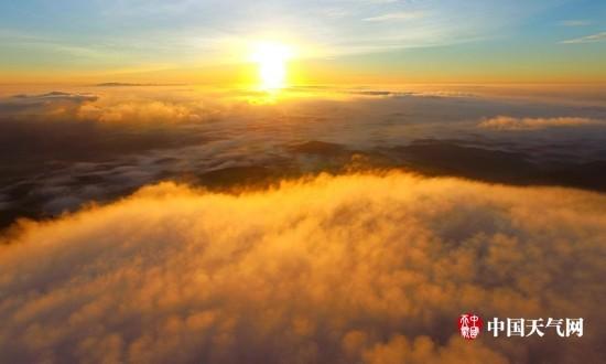 8月21日,广西钦州市钦南区那雾山森林公园上空壮观的云海日出.