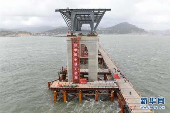 平潭海峡公铁两用大桥首孔钢桁梁架设成功