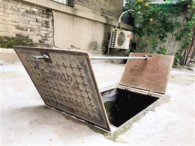 车主抢车位利用原地资源 水表井盖变私人地锁(图)