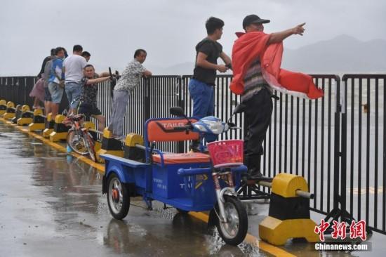 """台风""""天鸽""""袭击深圳 民众顶风前往码头观浪"""
