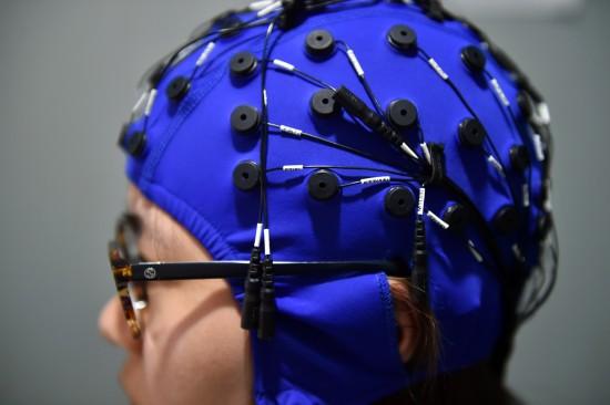 体验者须带上一种特制的神经传感帽。人民网记者 翁奇羽摄