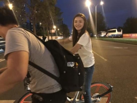 林允遇堵车改骑共享单车 体力不够卓伟出手相救