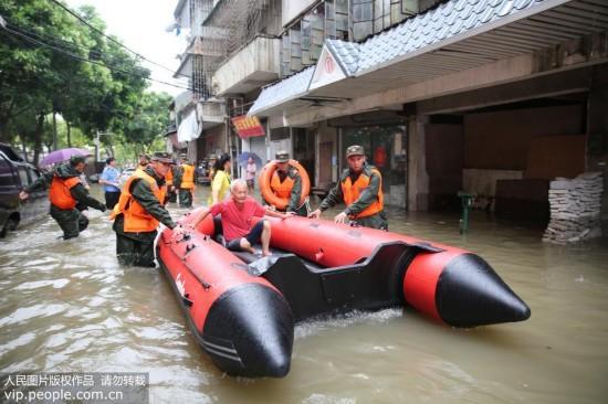 """广州:台风""""天鸽""""来袭 海警官兵全力救援"""