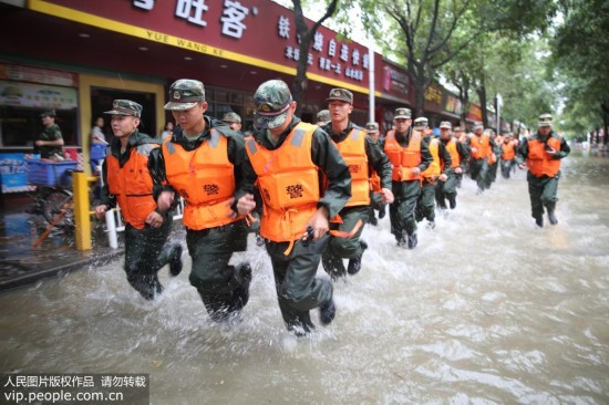 """广州:台风""""天鸽""""来袭 海警官兵全力救援【2】"""