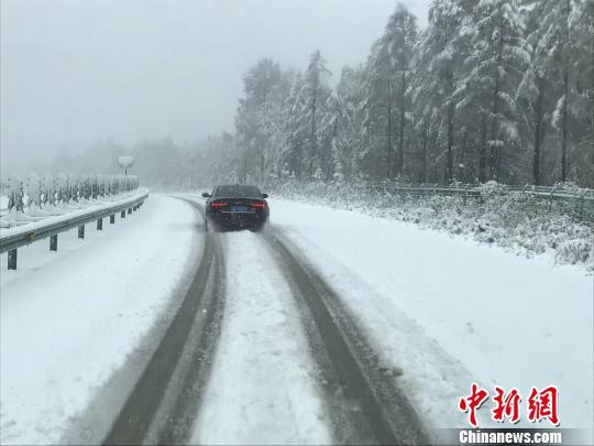 """中国""""北极""""漠河迎来今秋首场降雪,街路两侧出现薄薄积雪。 钟欣 摄"""