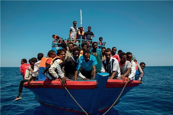 49-1 ▲ 2017 年8 月2 日,地中海,难民等待非政府组织地中海救援船施救。