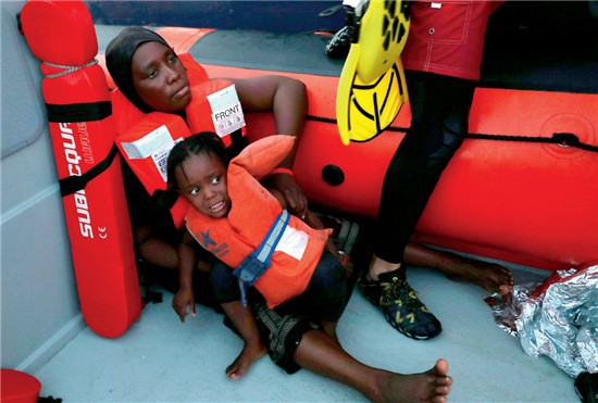 49-2 ▲ 2017 年8 月17 日,地中海,被解救的儿童一脸惊恐。当日,西班牙非政府组织在地中海解救超200 名难民。