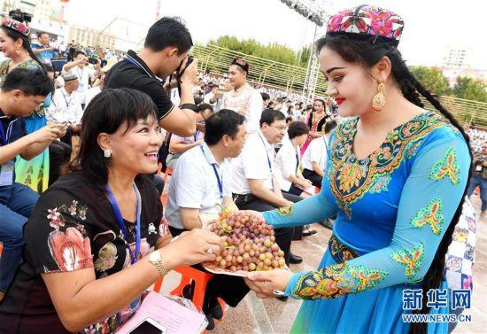 (经济)(2)吐鲁番葡萄节216种葡萄斗艳