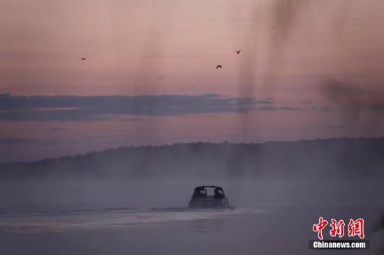 加拿大秋意渐至 民众泛舟垂钓饱览湖光山色
