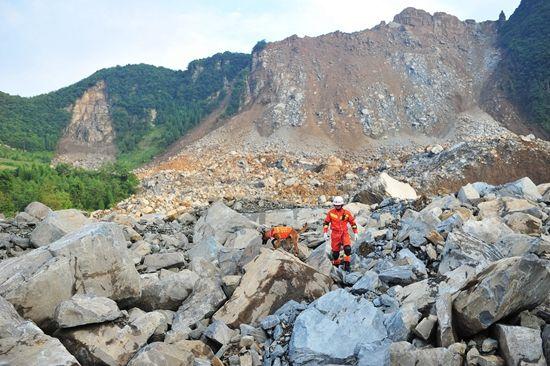 貴州納雍縣張家灣鎮山體崩塌救援工作全面展開
