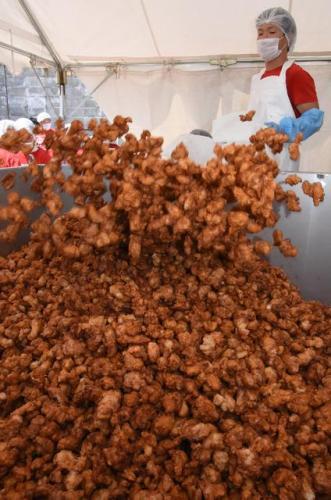 吃货盛宴:日本鸟取制1.5吨炸鸡块 破世界纪录