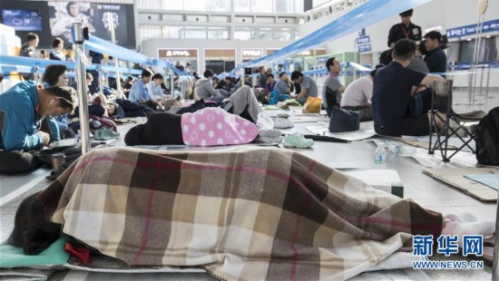 韩国民众为购买中秋返乡火车票在车站打地铺