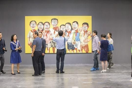 """2016年曾梵志最大规模回顾展""""散步""""于UCCA举行,图为展览现场。"""