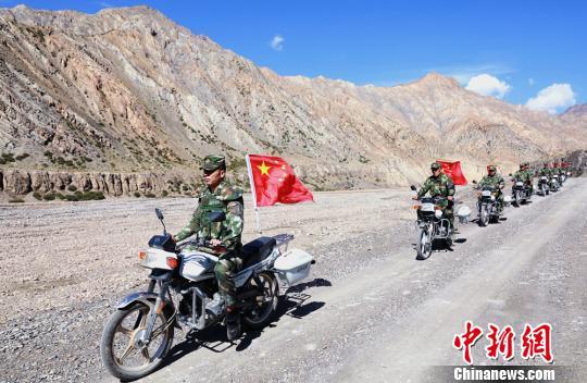 新疆西部边防官兵古尔邦节巡边保平安