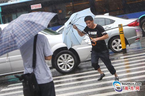 """受台风""""玛娃""""影响,深圳早高峰遇强降雨"""