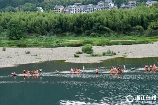 桐庐:游客乘竹筏享受清凉