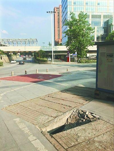 黄浦大街立交桥下人行道塌陷盖板已修复