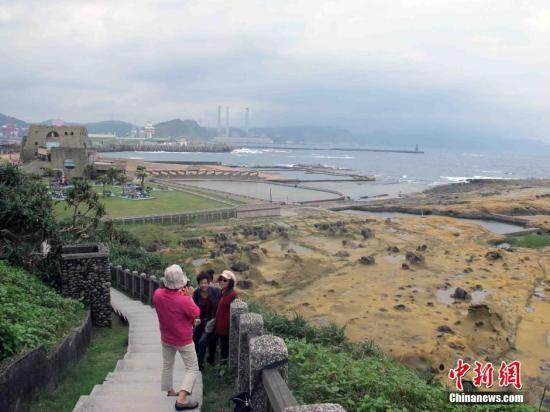 """10月21日,中国传统的重阳节。台湾一些老人来到位于基隆的和平岛海角乐园登高望远,享受这里天海一线的海岸景观。和平岛是基隆一个具有浓厚的历史背景且具有异国风情的地方,原来是一个独立海岛,后来兴建的和平桥与基隆相连而成""""陆连岛"""",由于终年受到东北季风吹袭以及海浪拍打侵蚀影响,形成和平岛的天然奇特景观。蓝天、白云、生态、海洋是和平岛海角乐园的主要元素。<a target='_blank'  data-cke-saved-href='http://www.chinanews.com/' href='http://www.chinanews.com/'><p  align="""