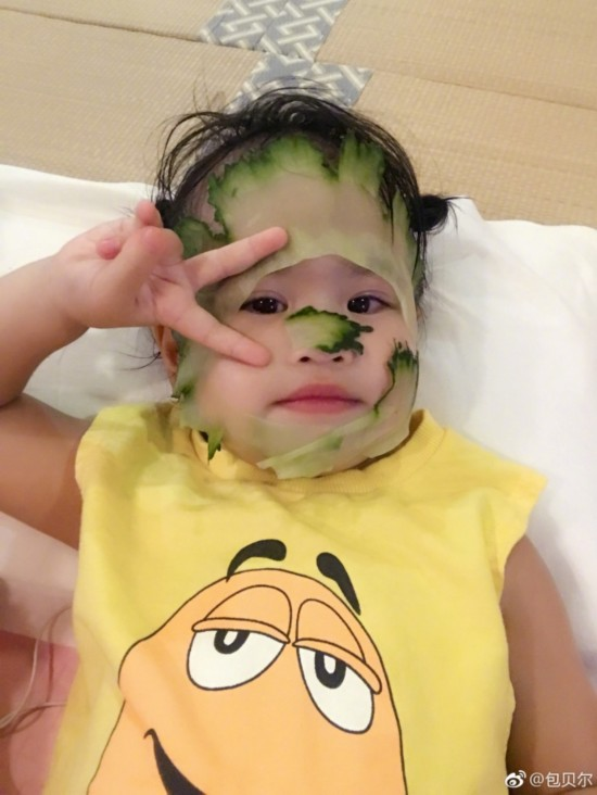 包贝尔饺子黄瓜贴女儿表情比剪面膜甜笑搞怪小可爱的刀手图片