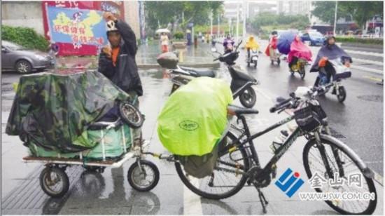 黑龙江男子骑行千里抵镇江 只为倡导低碳出行