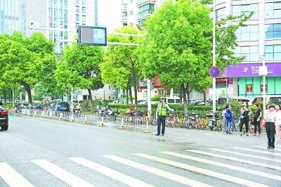 """专拍过斑马线不礼让行人的车辆 武汉首个""""可视化""""系统下周启用"""