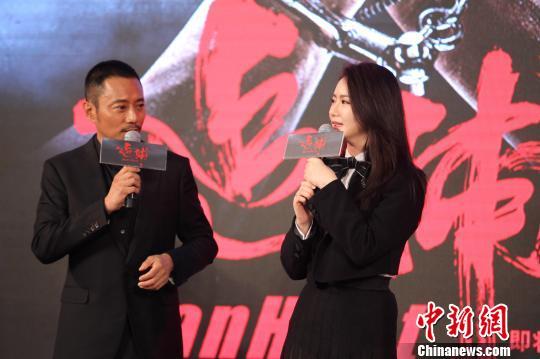 《追捕》由张涵予、戚薇主演。 苏丹 摄