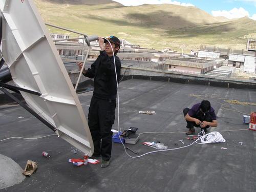 2――西藏福彩成立之初全靠人拉肩扛安装大型设备