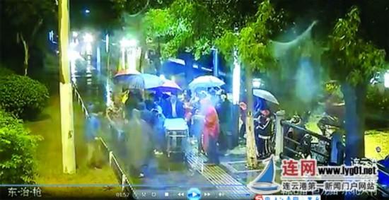 雨夜连云港老人倒地不起 路过行人纷纷救助