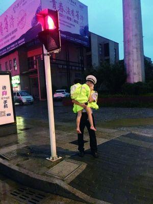 男童赤身雨中奔跑 镇江交警脱下雨衣把他裹住