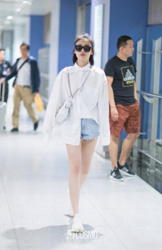 马思纯 亮相机场。身穿Balenciaga 白色长款衬衫飘逸带感