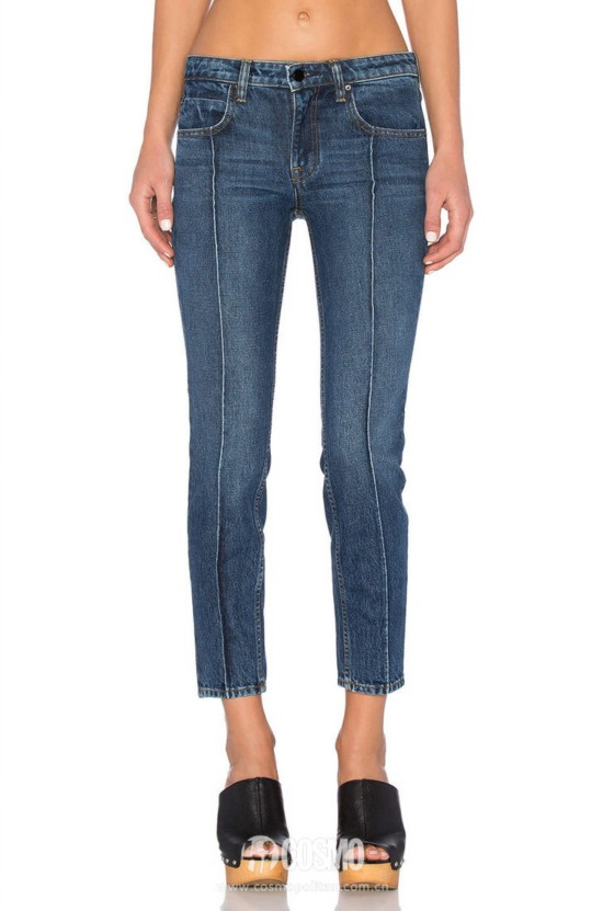 牛仔裤来自Denim X Alexander Wang 售价2094元 可从美国Revolve购买