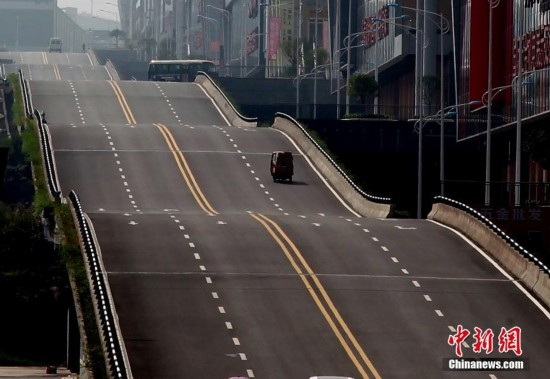重庆现波浪形公路 司机称有腾空感很刺激(组图)