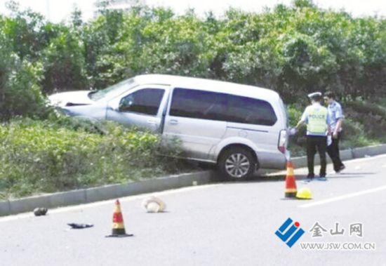 镇江一商务车冲上路中绿岛 撞死两名绿化工人