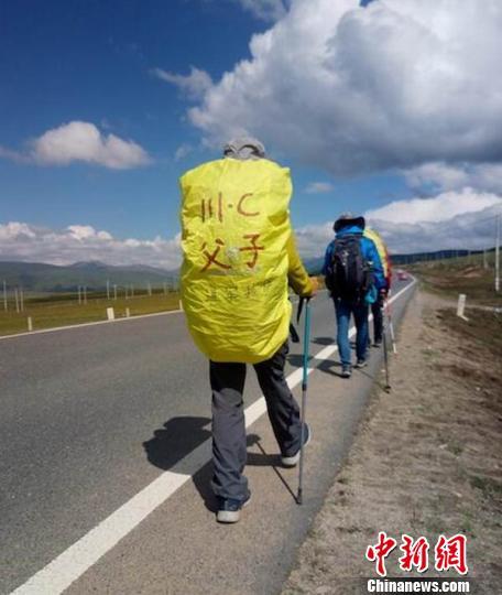 四川自贡父子徒步到西藏 耗时50天翻越12座高山(图)