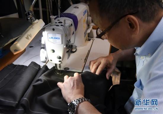 (图文互动)(8)匠心剪裁岁月华服――记香港老牌裁缝的代际传承
