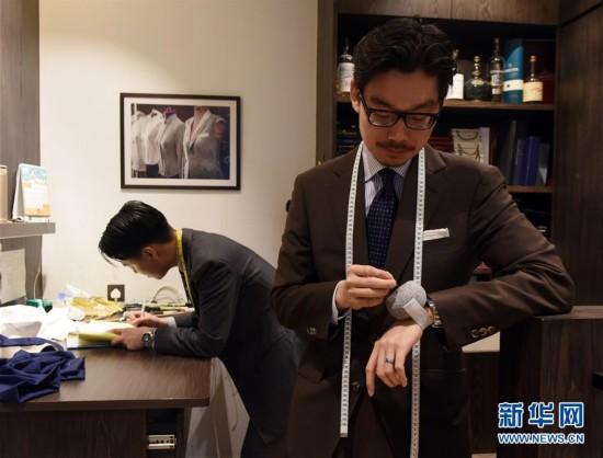 (图文互动)(3)匠心剪裁岁月华服――记香港老牌裁缝的代际传承