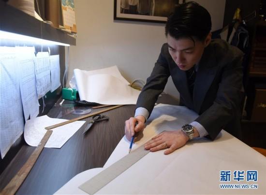 (图文互动)(2)匠心剪裁岁月华服――记香港老牌裁缝的代际传承