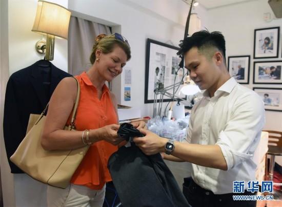 (图文互动)(7)匠心剪裁岁月华服――记香港老牌裁缝的代际传承