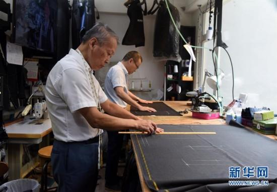 (图文互动)(9)匠心剪裁岁月华服――记香港老牌裁缝的代际传承
