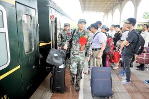 驻淮安部队首批新兵入营 高材生比例上升