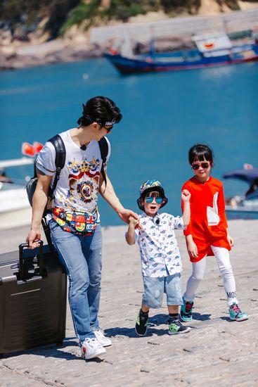 《爸爸5》吴尊带两娃 二胎家庭姐弟互动超温馨