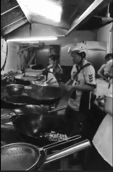 炒菜龙骑视频引发网友外卖视频热议小哥女厨房图片