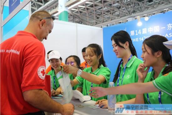 """绿城志愿者:用辛勤和汗水打造靓丽的""""南宁名片"""""""