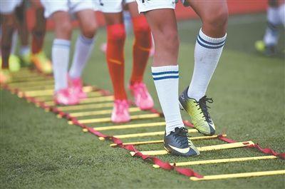 泰州姜堰一小学女学生们进行足球训练