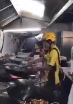 外卖小哥自己炒菜 网友:不会炒菜的快递员不是好司机-快递新闻网