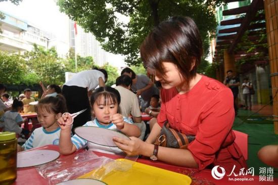 长沙幼儿园开学有礼 200萌娃体验湘绣非遗文化