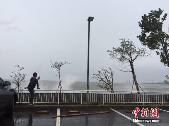 """資料圖:去年強台風""""海馬""""登陸前,一市民在惠州大亞灣石化區海邊抓拍""""海浪""""。宋秀杰 攝"""
