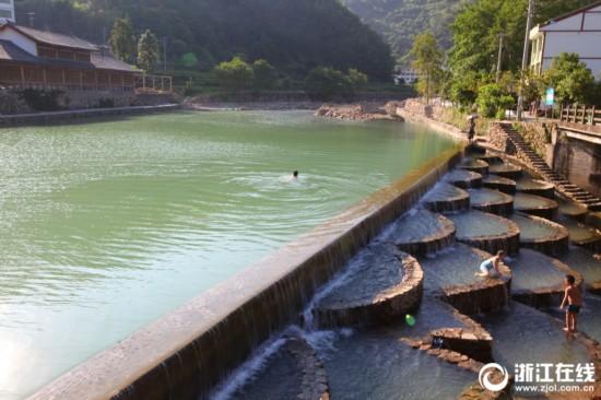 百水滩景观泳池是村里根据溪流和坡度缓急设计建造的.-绿水青山引